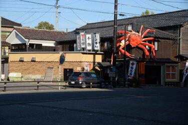 78 民家に張り付いた蟹