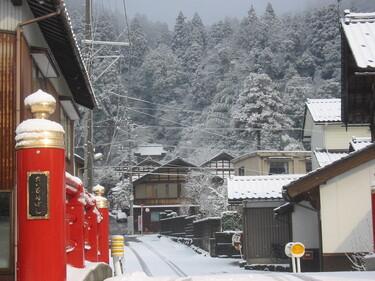 94 初雪の漆器神社参道